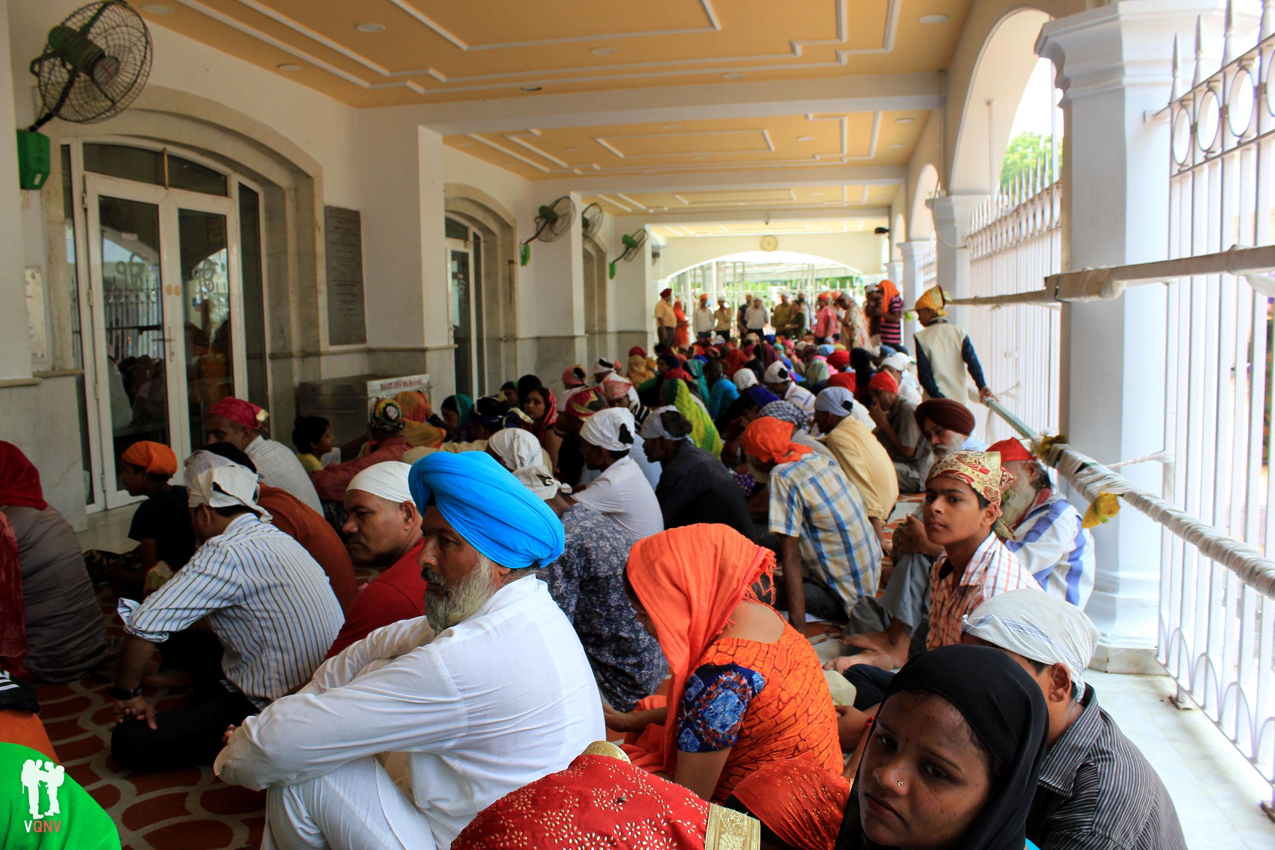 Espera del almuerzo en el Templo Sikh Gurdwara Bangla Sahib