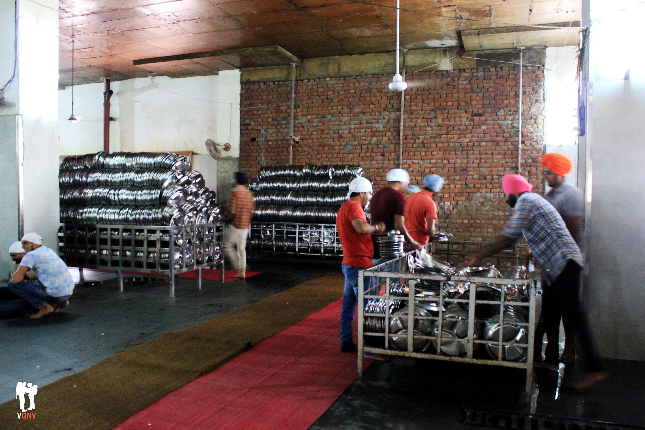 Voluntarios ordenando las bandejas donde se sirve individualmente la comida