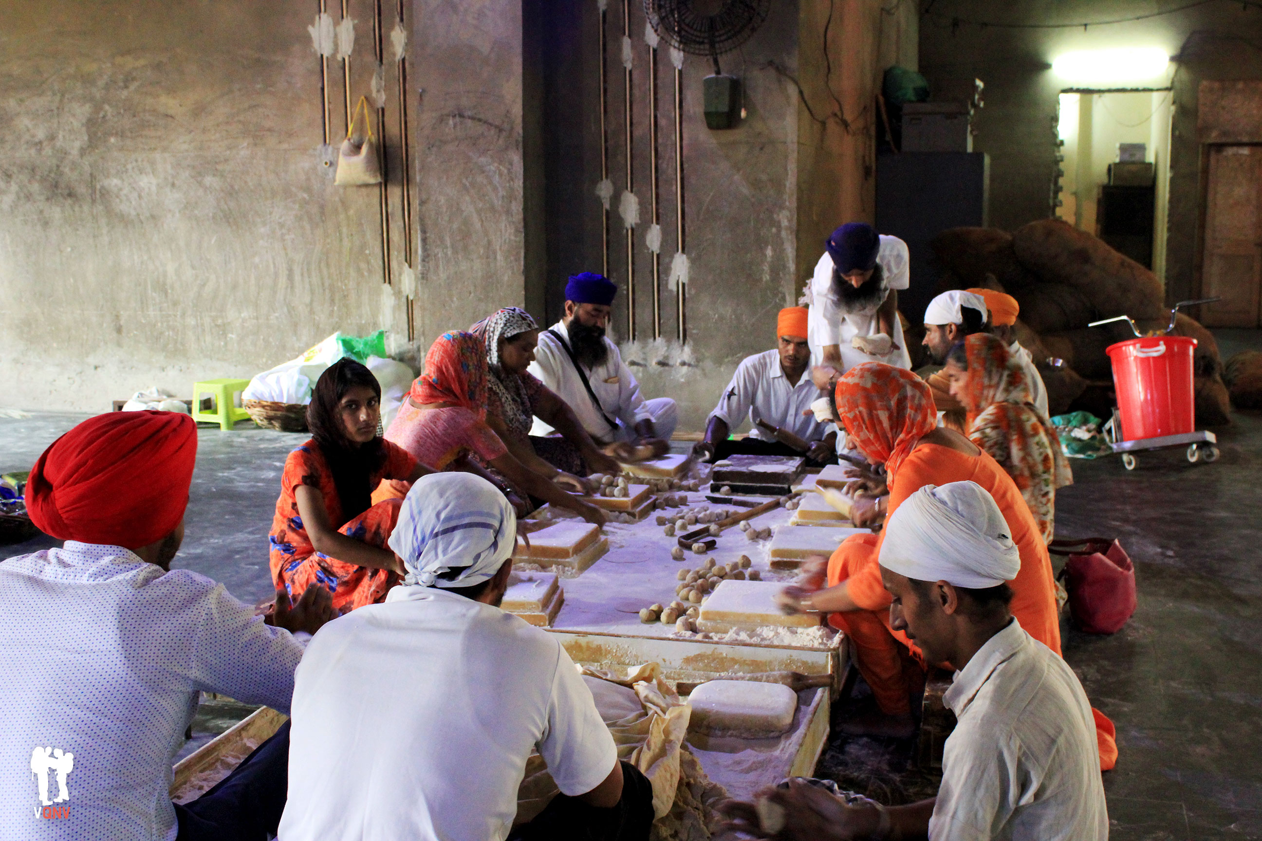 Voluntarios con la manos en la masa preparando los chapatis