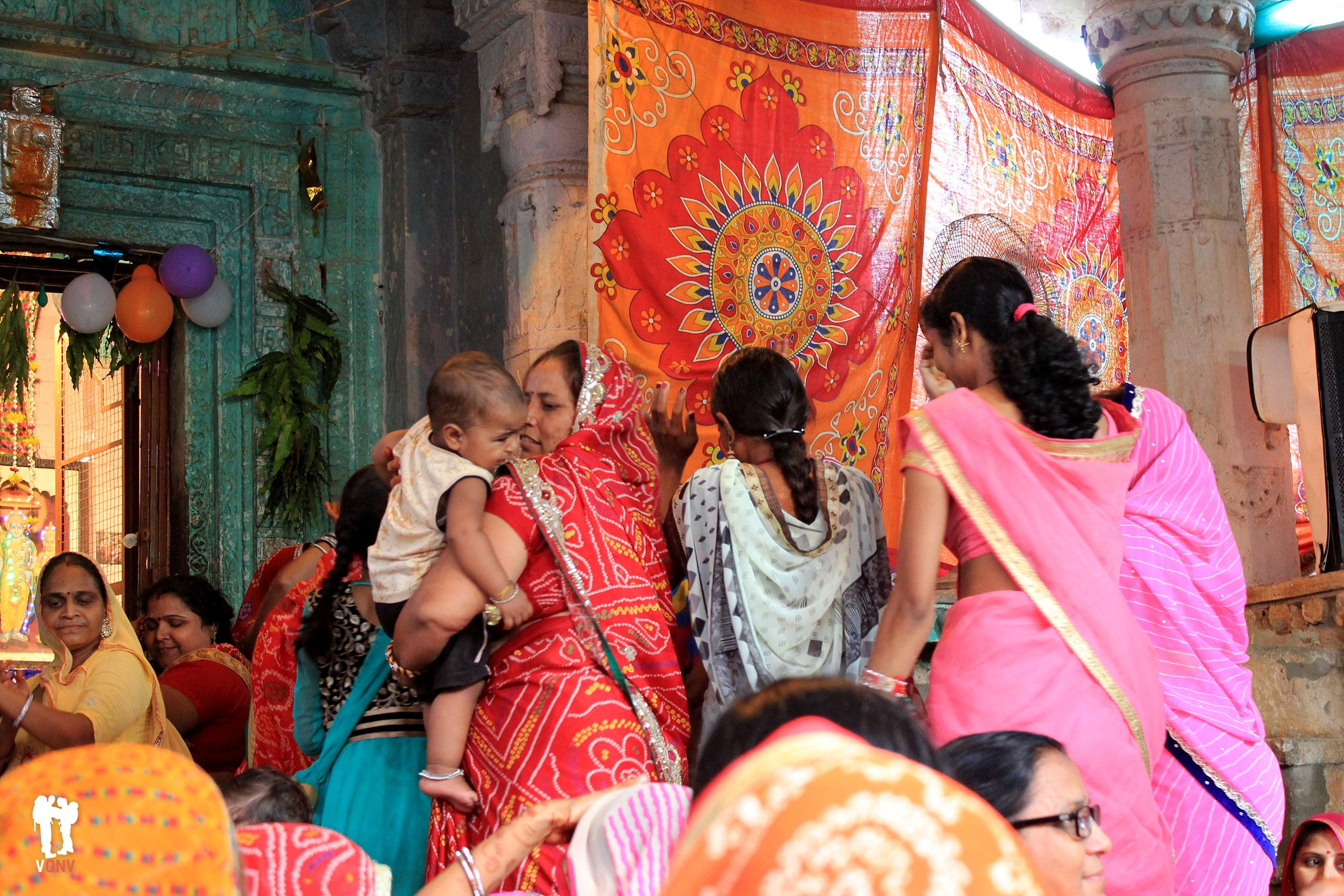 Celebrando un cumpleaños en el Templo Laxminath Ji