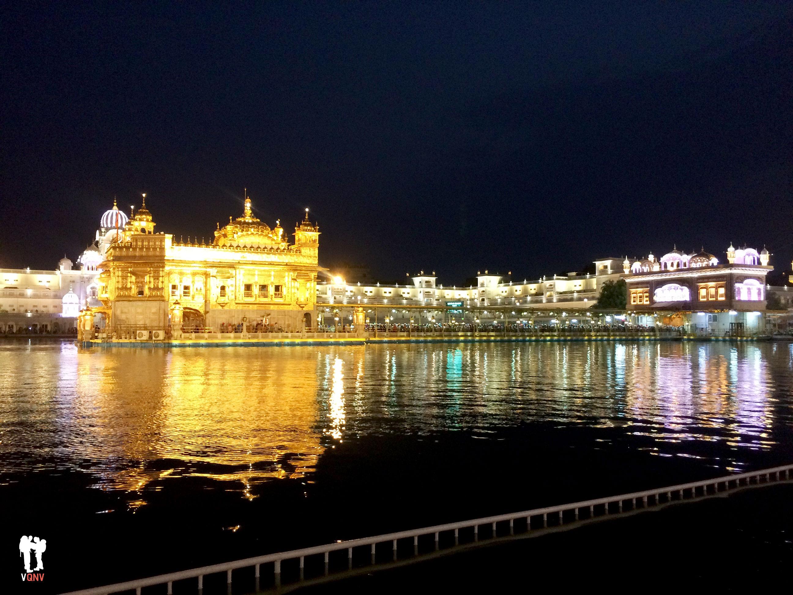 De noche, el Templo Dorado se ilumina