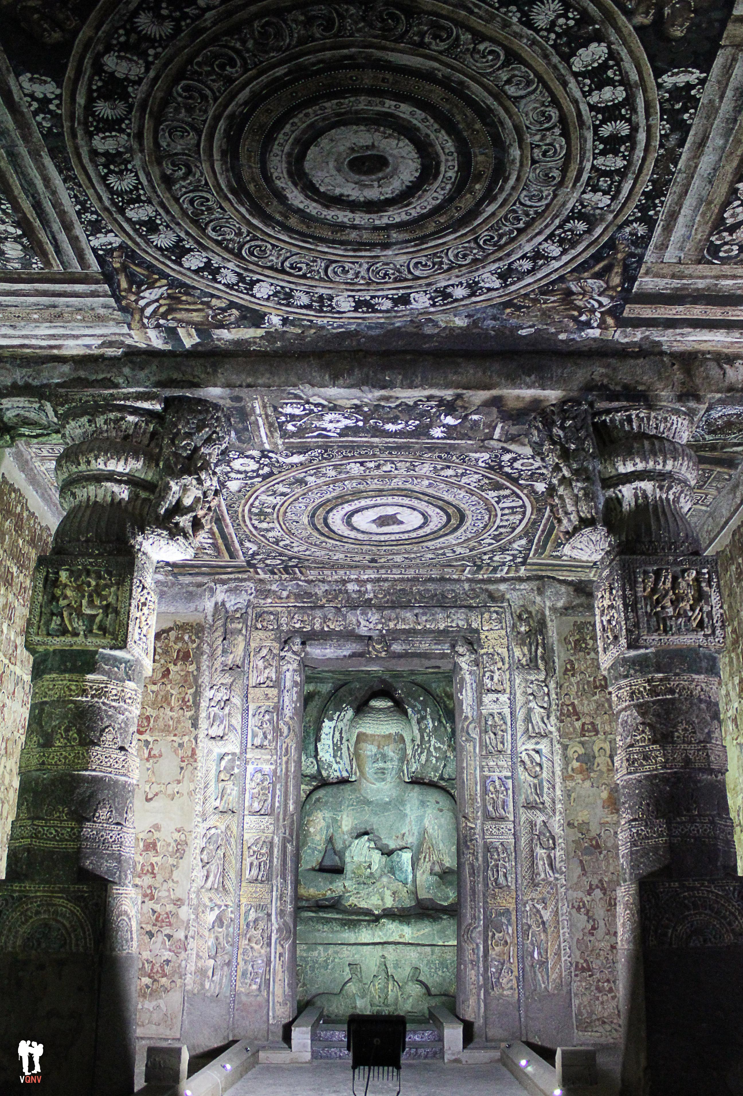 Buda en las cuevas de Ajanta