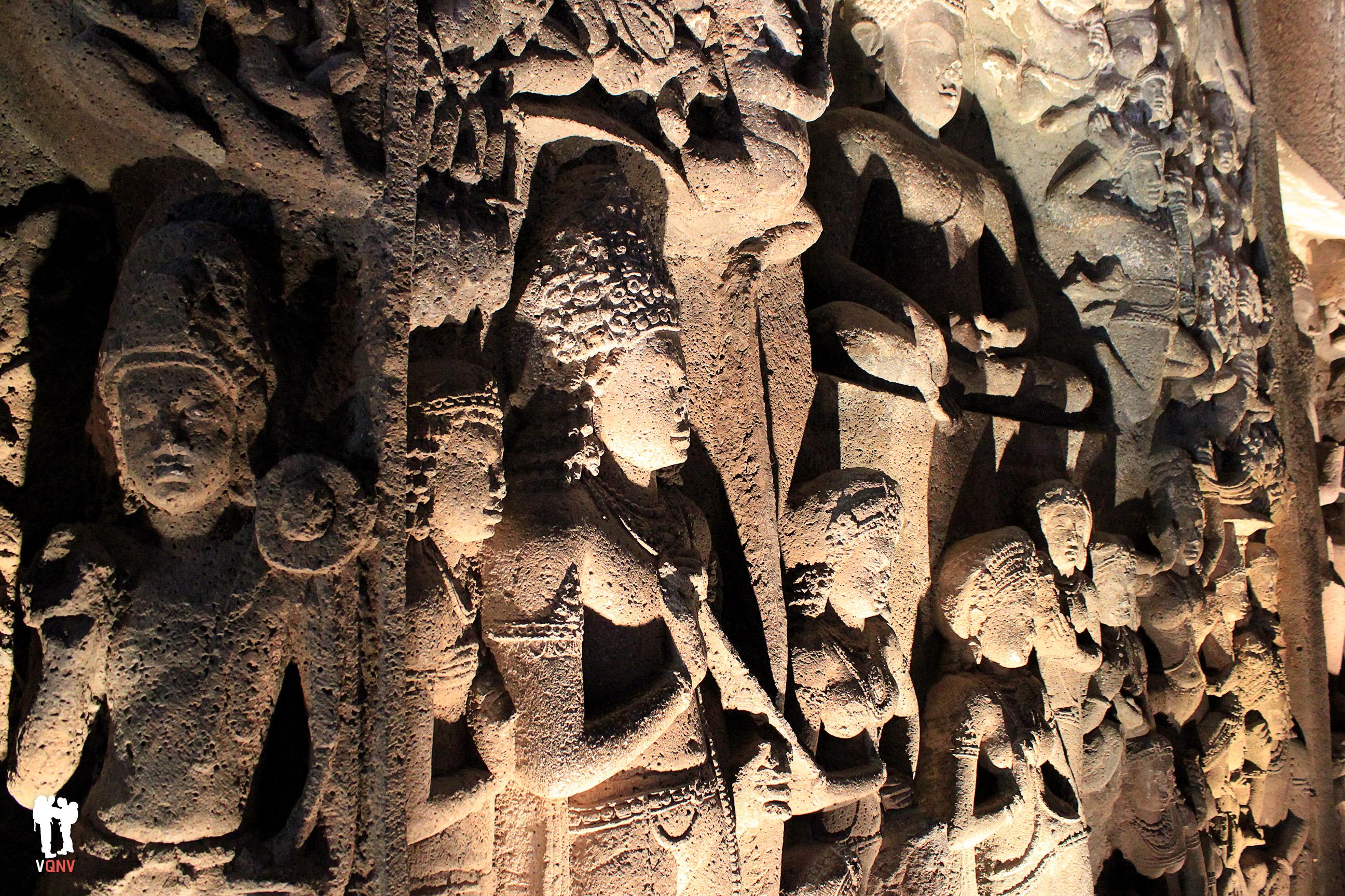 Figuras esculpidas en el interior de las cuevas de Ajanta