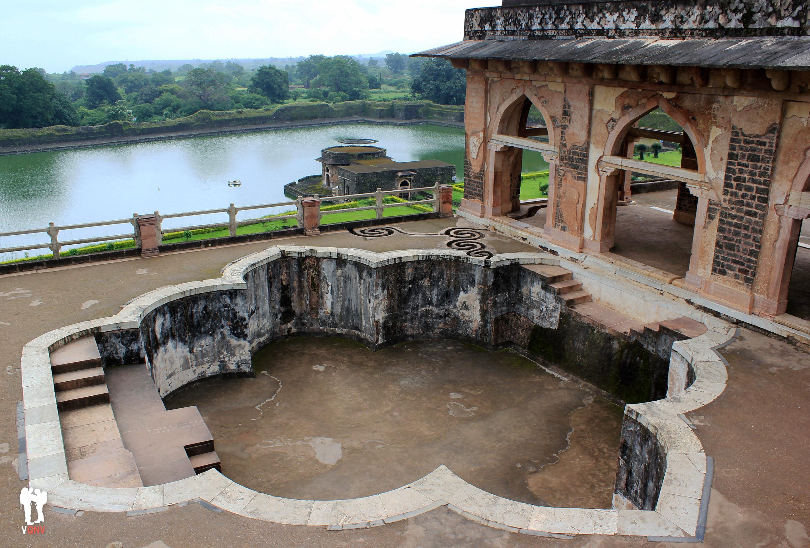 Piscina superior en Jahaz Mahal con acueducto en espiral