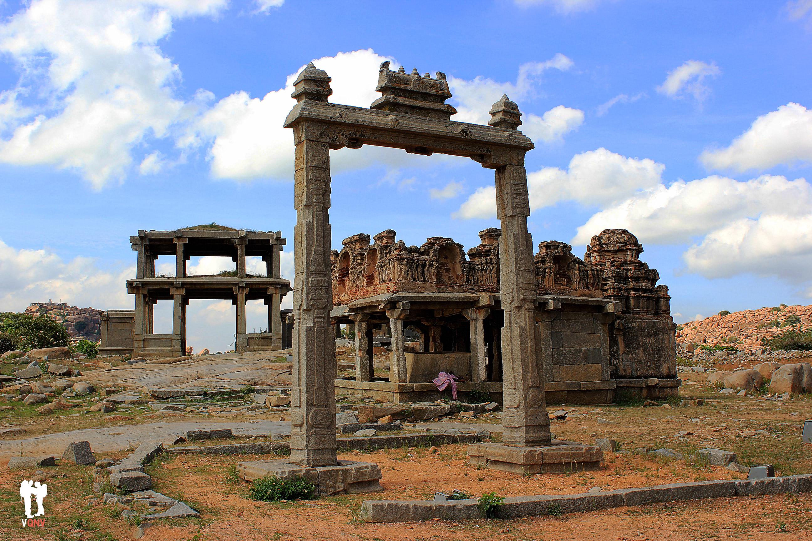 Restos arqueológicos de camino al templo Vittala
