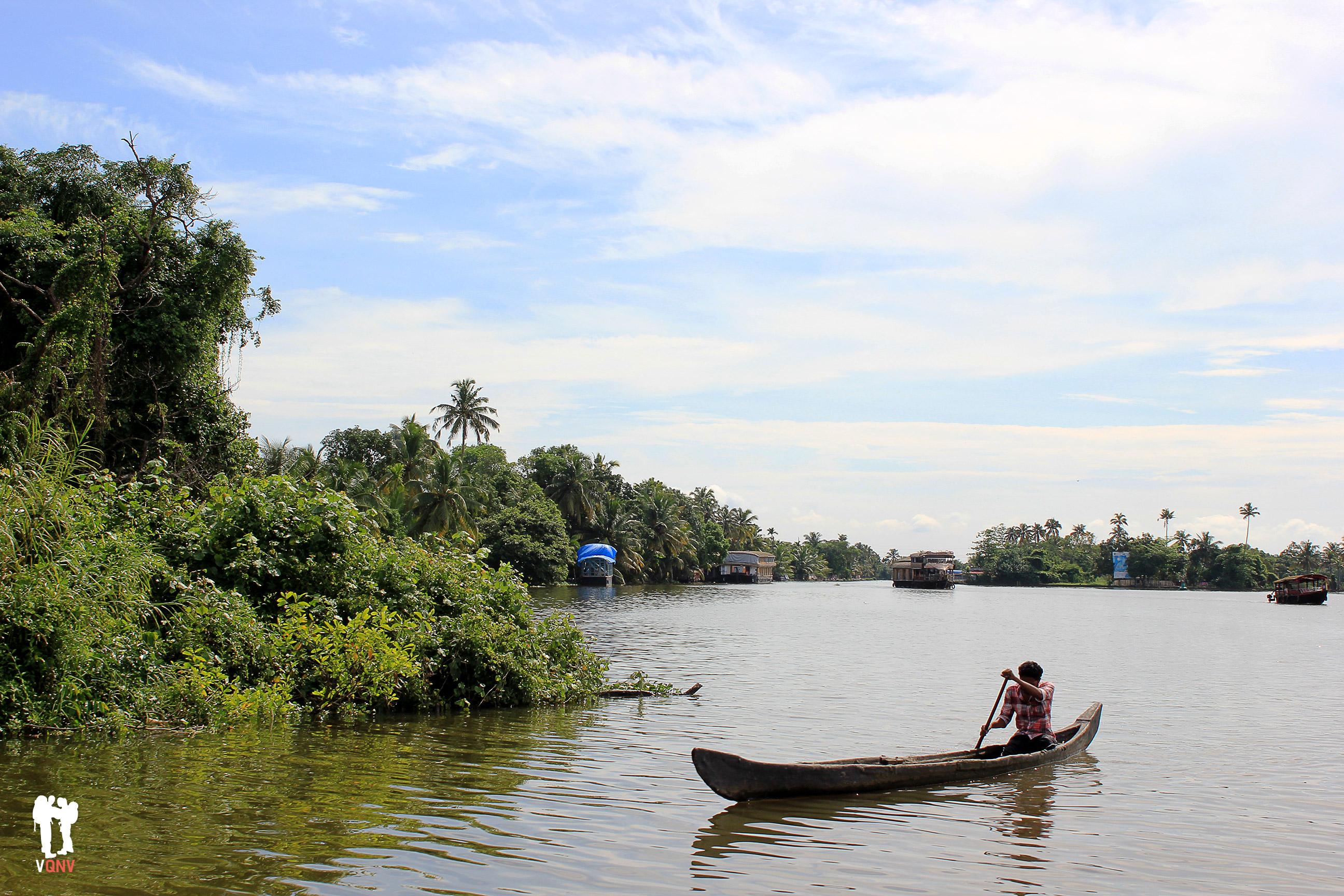 Diferentes embarcaciones en los backwaters