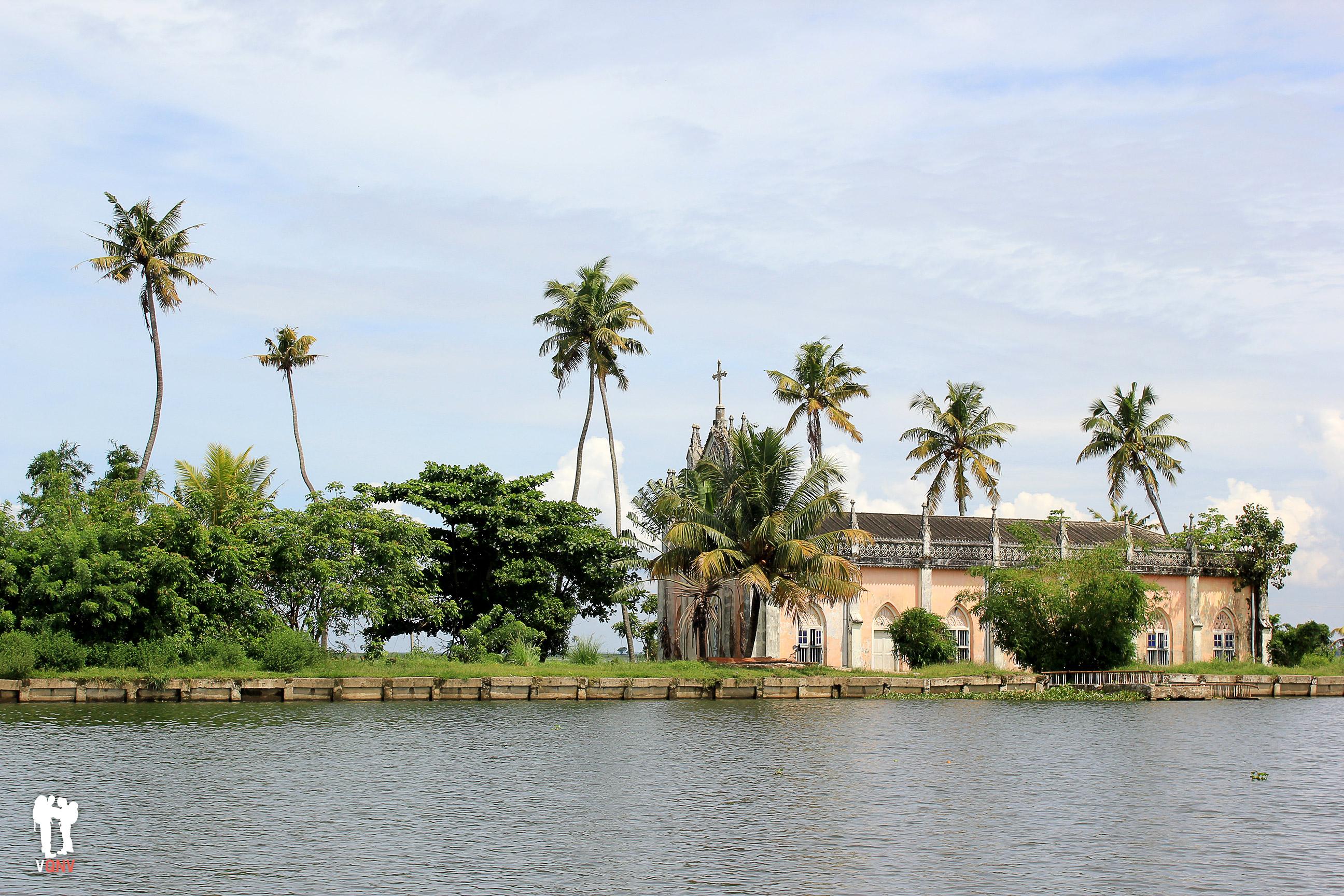 Iglesia en los backwaters de Alleppey