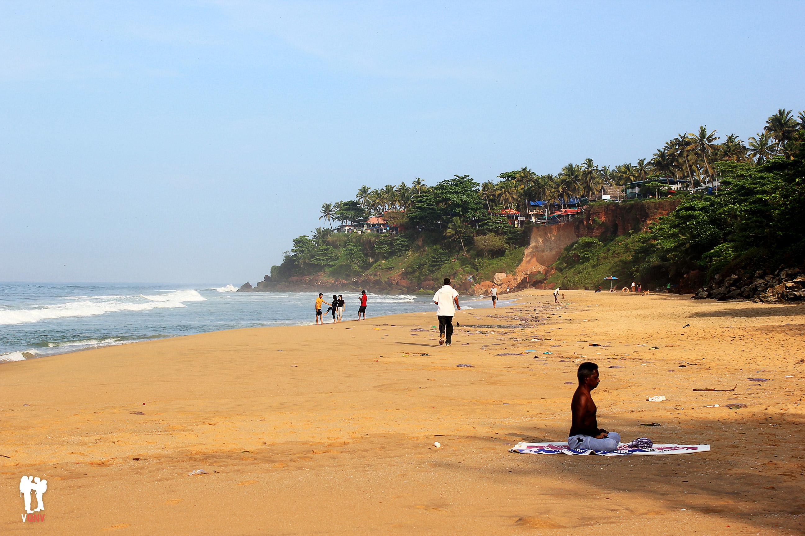 Yoga matutino en Varkala Beach