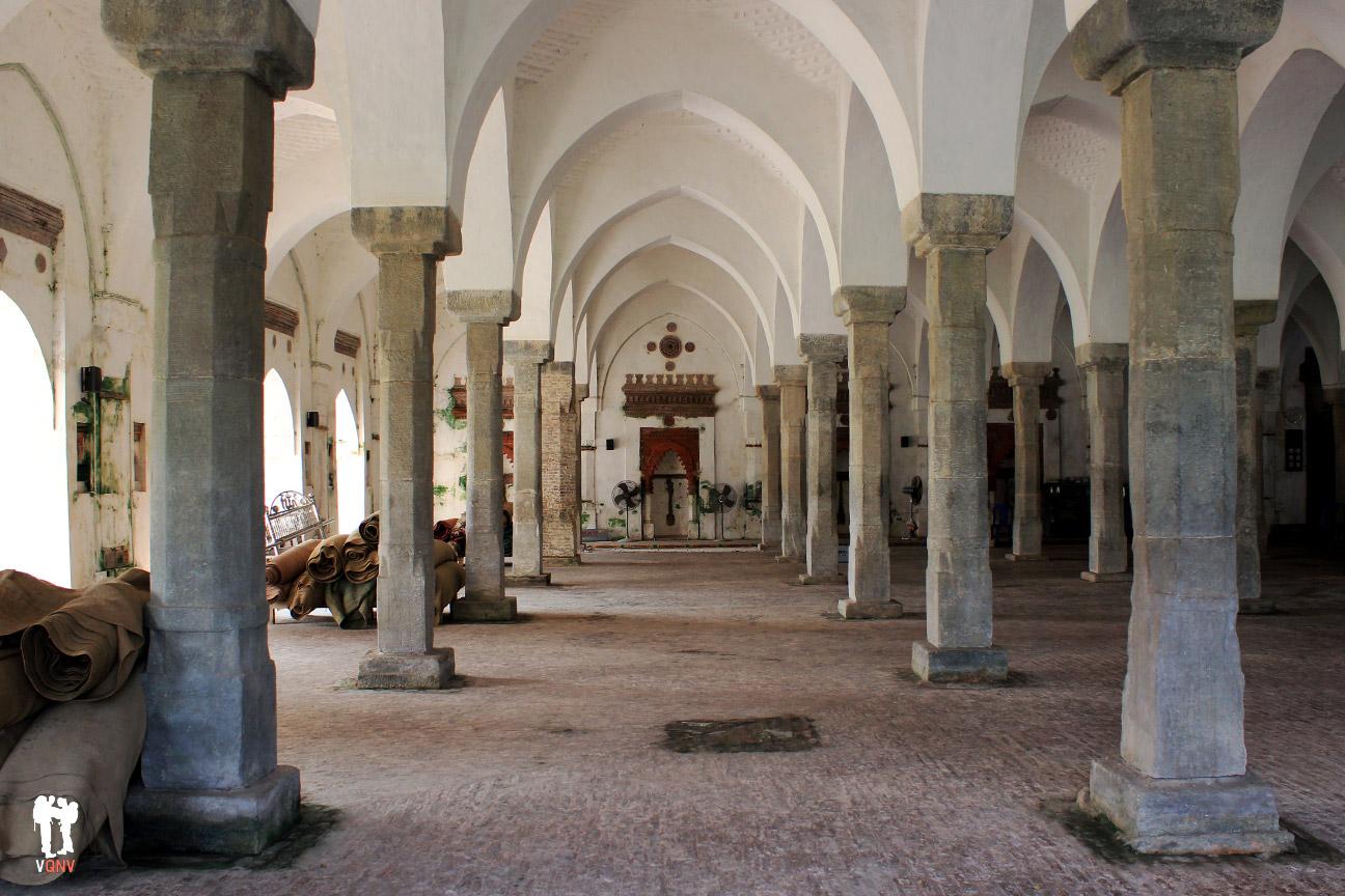 Interior de la Mezquita de los sesenta pilares