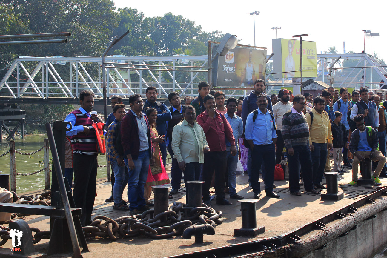 Esperando el ferry en el río Hooghly