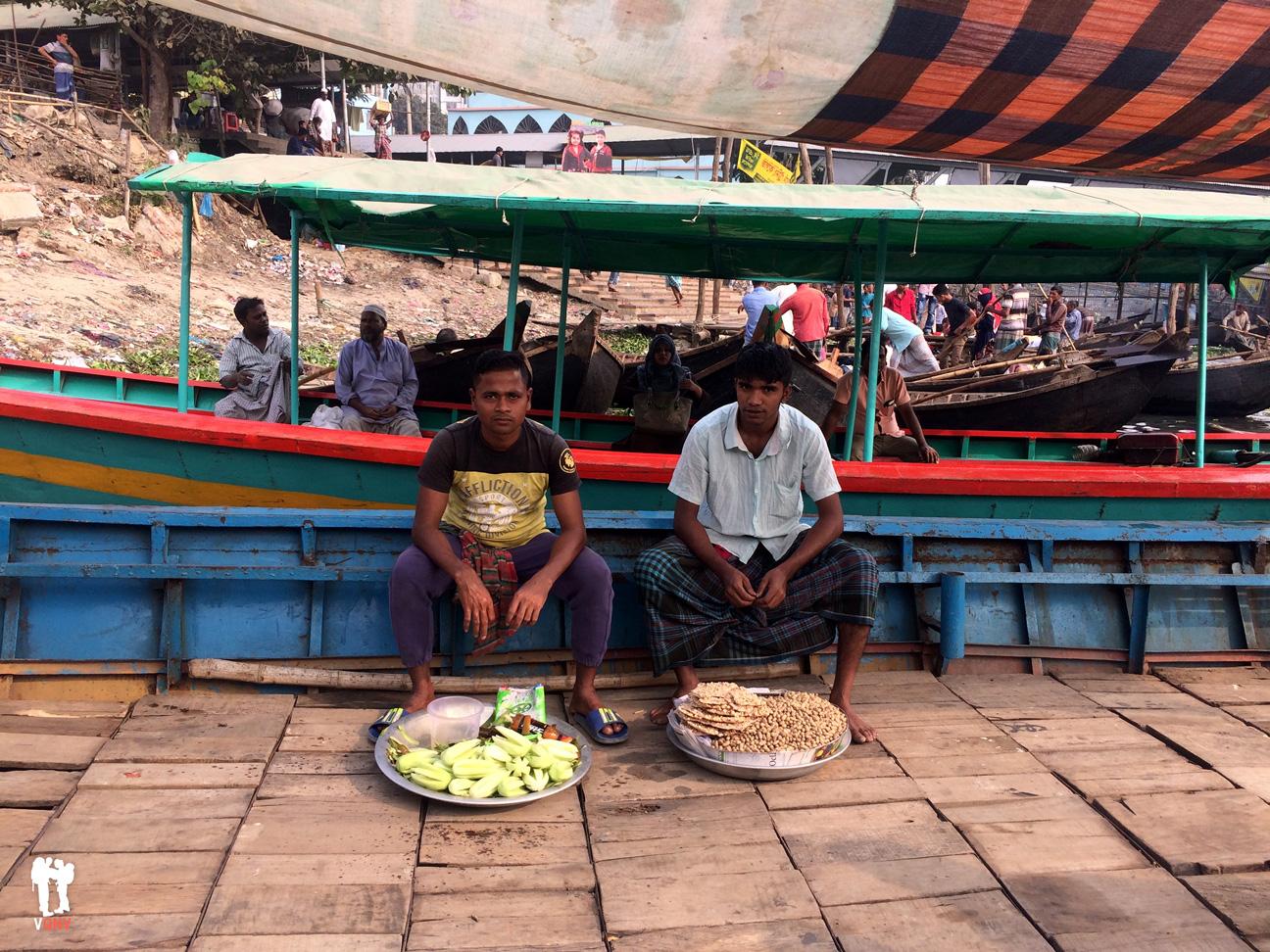 Vendedores ambulantes de comida en la barca