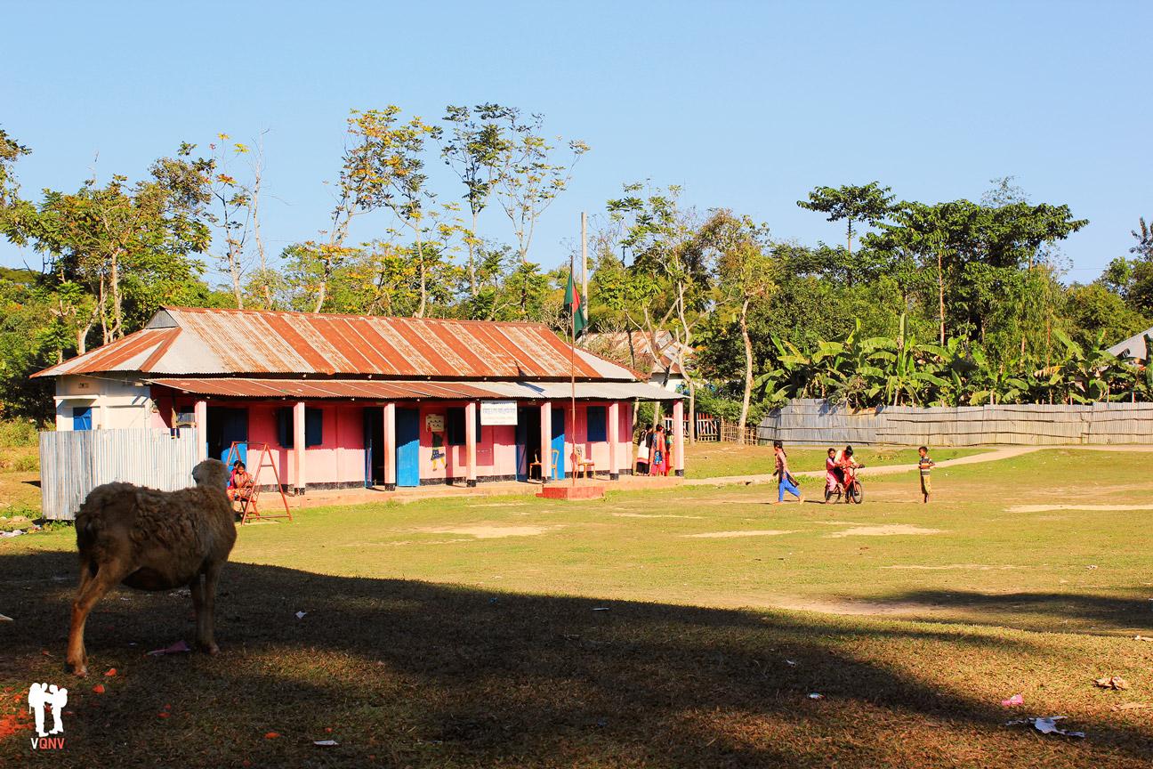 En la plaza de esta aldea no hay un ayuntamiento, hay una escuela