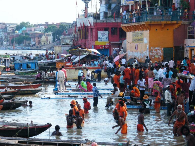 En Varanasi o Benarés, es una de las ciudades sagradas del hinduismo, junto al Río Ganges