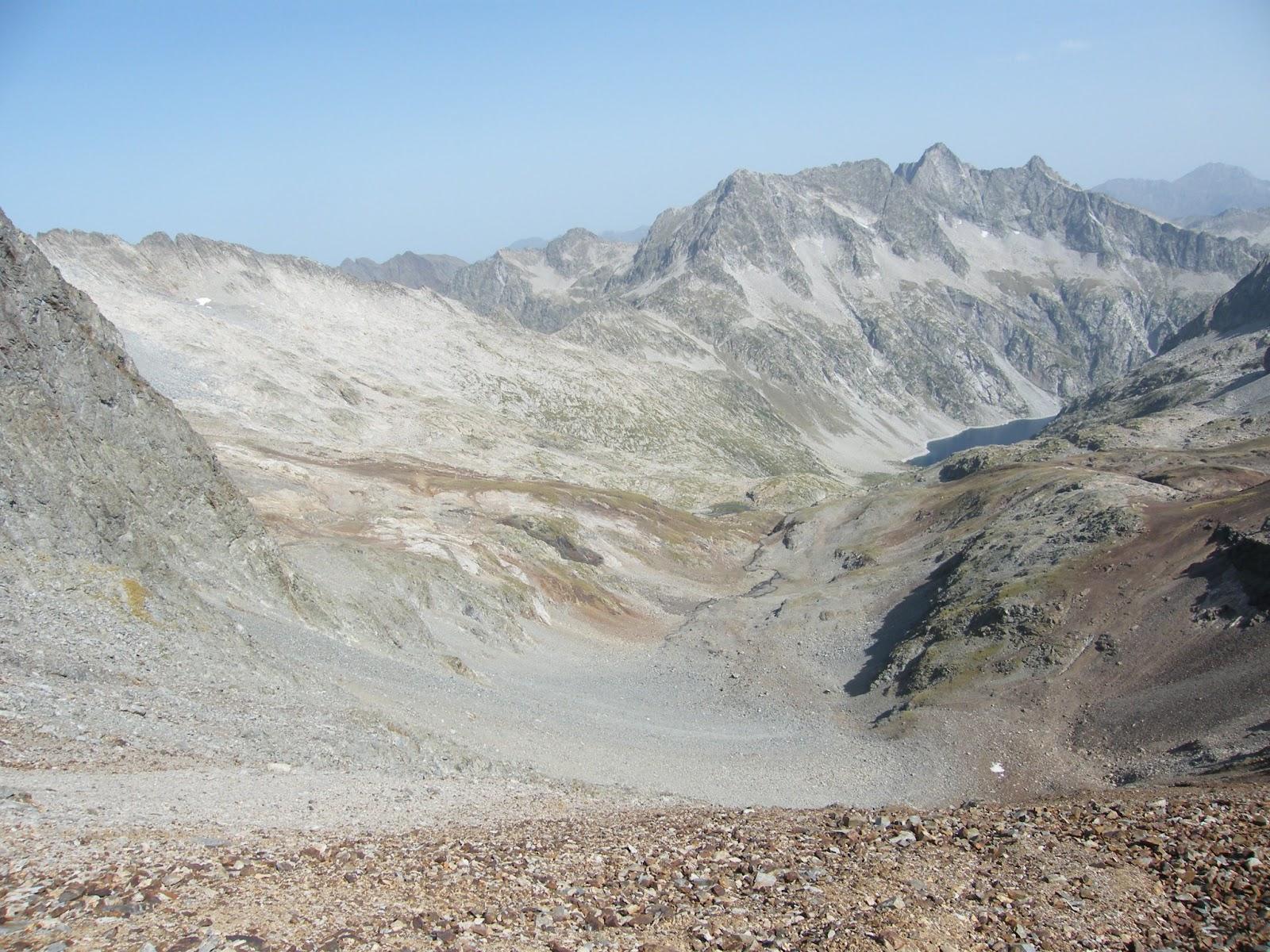 ...pero llegado a este punto dejaremos de lado el camino que baja hacia el Lac de Cap Long e iremos ganando altura